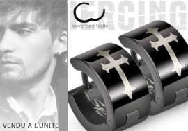 Boucle d'oreille anneau Croix gothique noire
