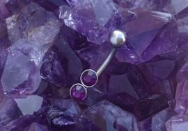 Piercing barre courbe double pierres violettes