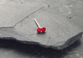 DESTOCKAGE Piercing nez 2 pierres - rouge